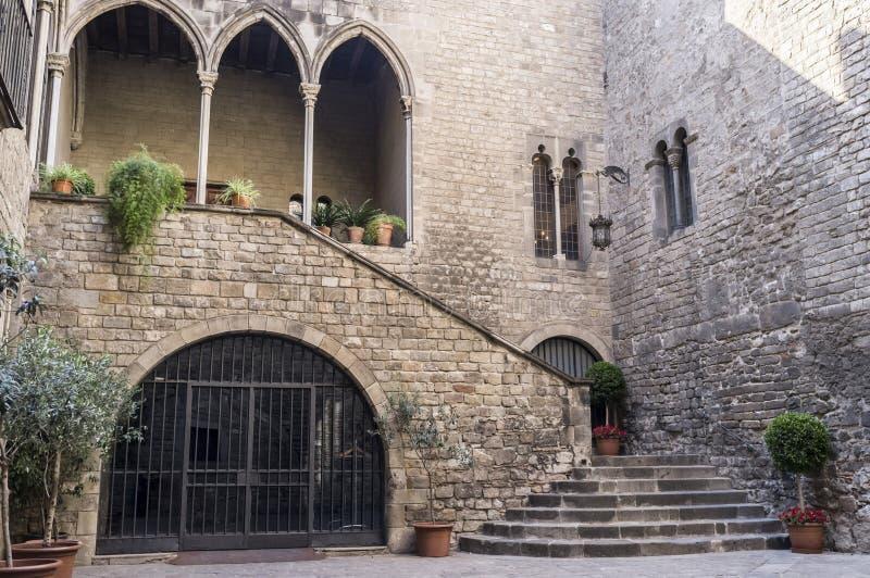 哥特式纪念碑,宫殿,帕劳Requesens,古老入口, qothic处所巴塞罗那 库存图片