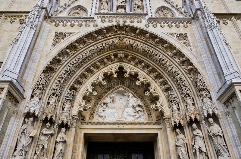哥特式萨格勒布大教堂,克罗地亚被成拱形的入口  库存照片