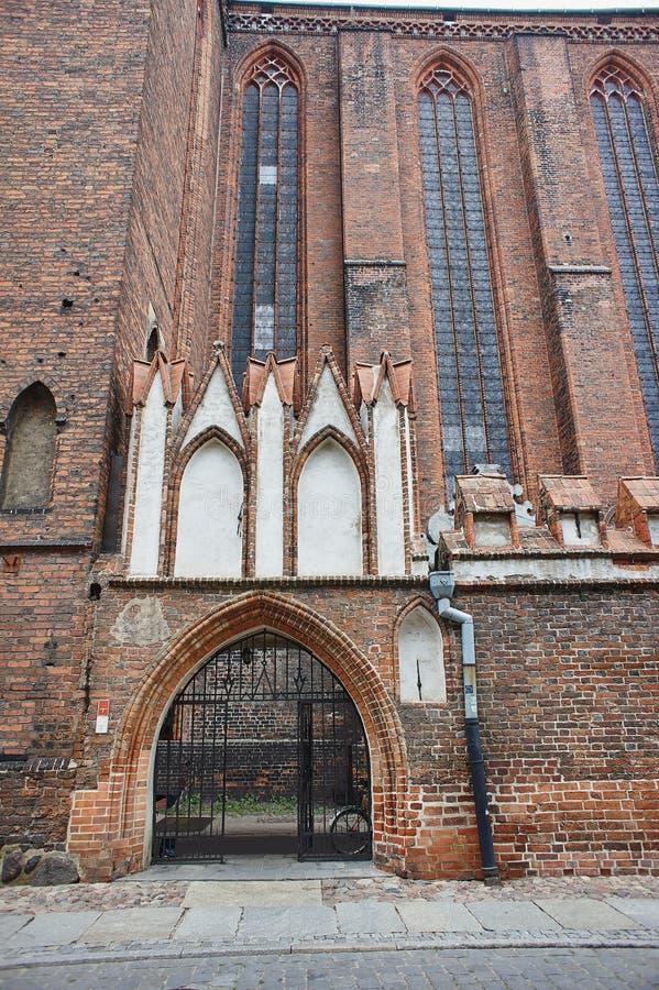 哥特式门户和窗口在中世纪教会里 免版税库存图片