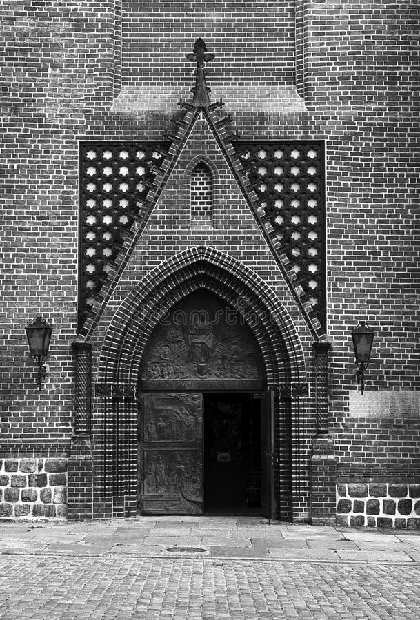 哥特式门户在大教堂教会里 库存图片