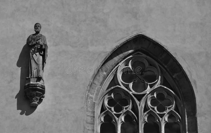 哥特式雕象和窗口细节在布拉格 免版税库存图片