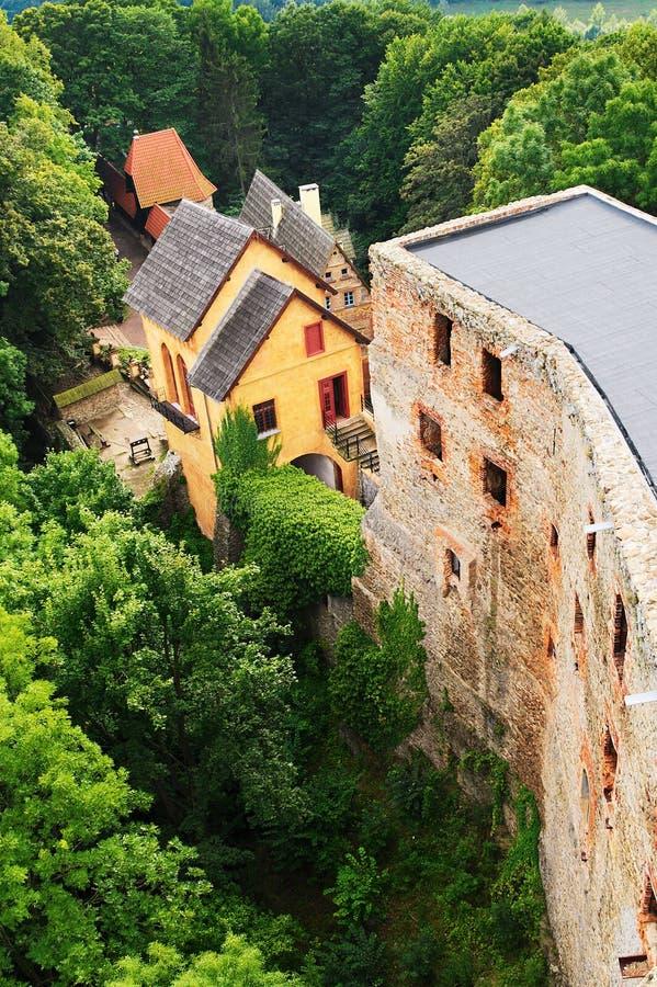 哥罗德诺城堡在Zagorze Slaskie,更低的西里西亚,波兰 中世纪城堡石墙和警卫室大厦的废墟 免版税库存照片