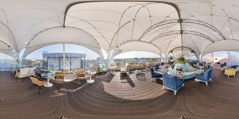 哥罗德诺,白俄罗斯- 2018年8月:充分的无缝的球状hdri全景360度在现代咖啡馆的角度图在的一个机盖下 免版税库存图片