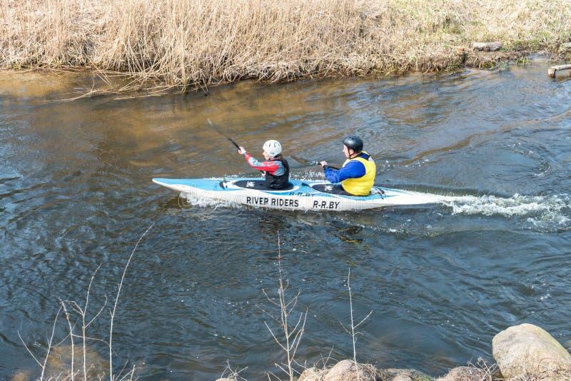 哥罗德诺,白俄罗斯- 2019年4月:皮船在吃力地荡桨快速的凉水的河的自由式竞争,胜利的精神 库存图片