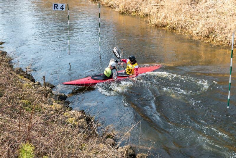 哥罗德诺,白俄罗斯- 2019年4月:皮船在吃力地荡桨快速的凉水的河的自由式竞争,胜利的精神 库存照片