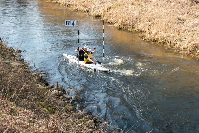 哥罗德诺,白俄罗斯- 2019年4月:皮船在吃力地荡桨快速的凉水的河的自由式竞争,胜利的精神 免版税库存照片