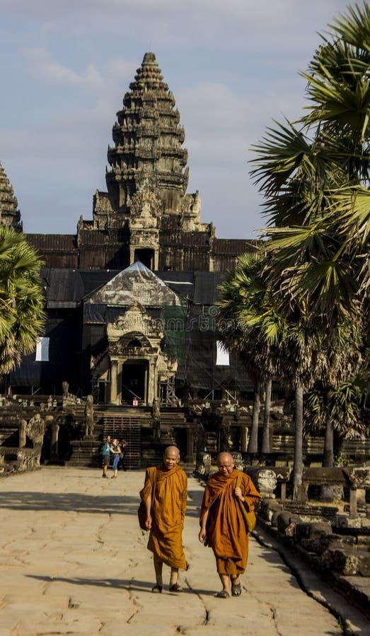 吴哥,柬埔寨- 2015年12月:修士离开吴哥窟 免版税库存图片