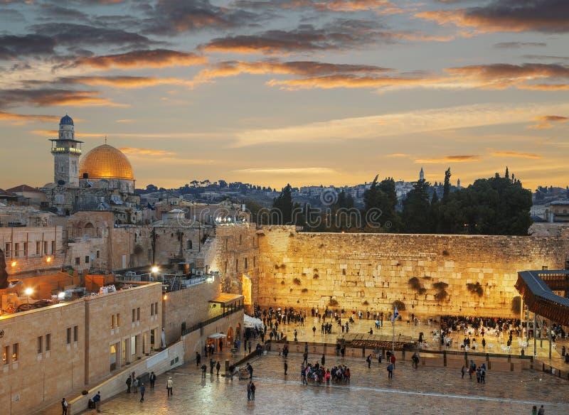 哭墙和岩石的圆顶在老城sunse的耶路撒冷 免版税库存图片
