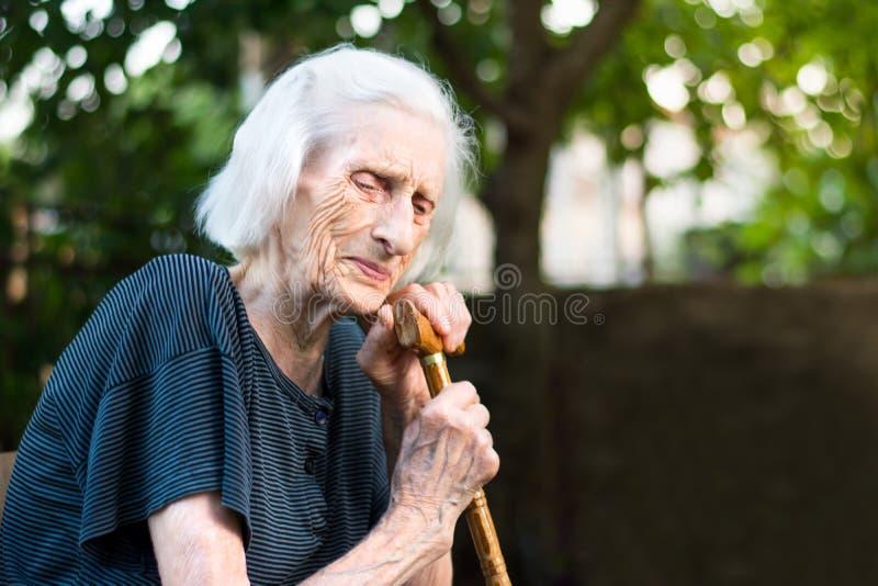 哭泣与走的藤茎的资深妇女 库存图片