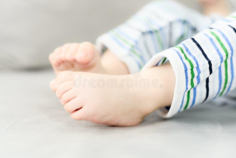 哭泣六个月的男婴,当母亲改变他的尿布时 免版税图库摄影