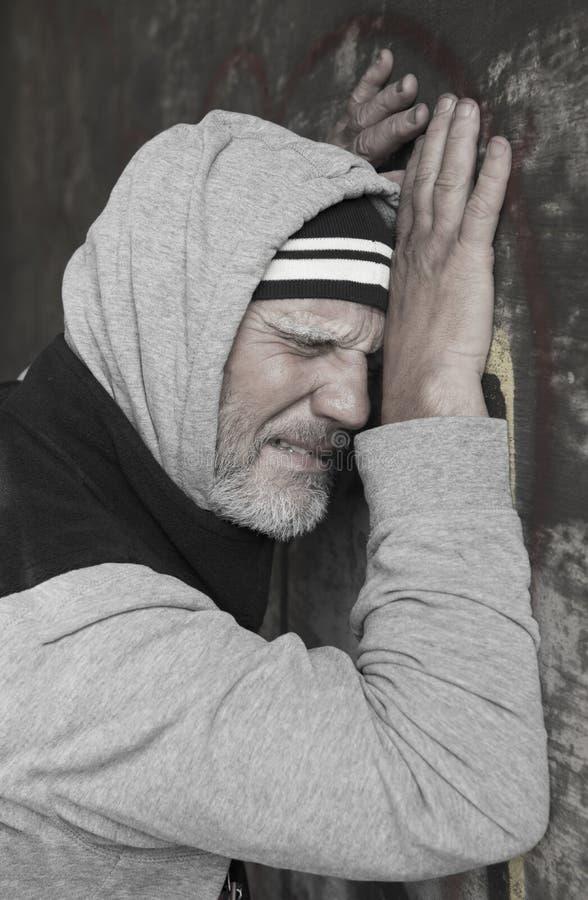 哭泣和困厄的成熟无家可归者 库存照片