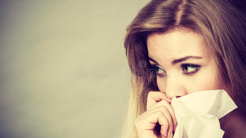 哭泣哀伤,沮丧的妇女有消沉 库存图片