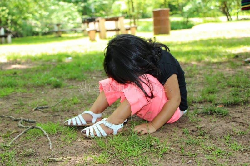 哭泣在公园的孩子 库存图片