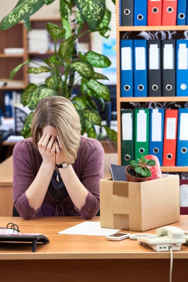 哭泣在办公室的被遣散的妇女 免版税库存图片