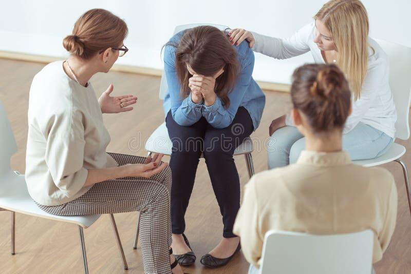 哭泣在小组疗法期间 图库摄影