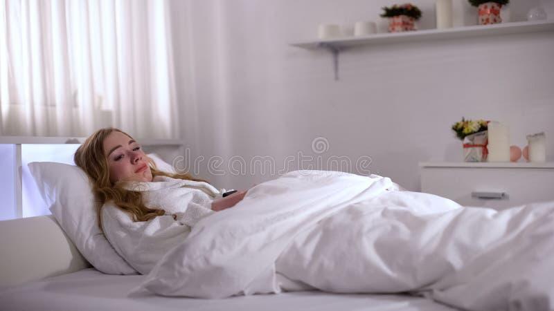 哭泣在床、感觉的进攻和屈辱上的沮丧的妇女,破坏 免版税库存图片
