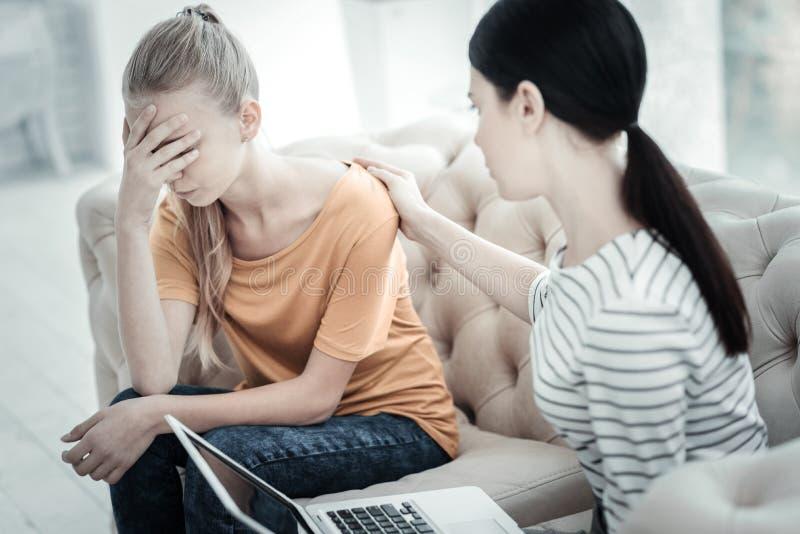 哭泣在疗法期间的生气青少年的女孩 免版税库存图片
