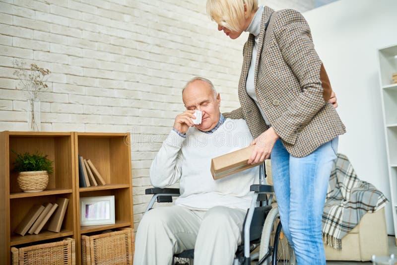 哭泣在疗法的有残障的老人 库存照片