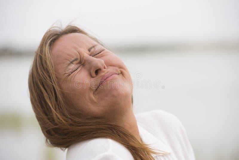 哭泣在痛苦中的沮丧的孤独的妇女 库存图片