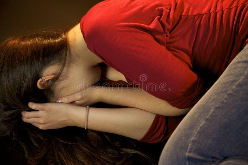 哭泣在被打以后的妇女 库存图片