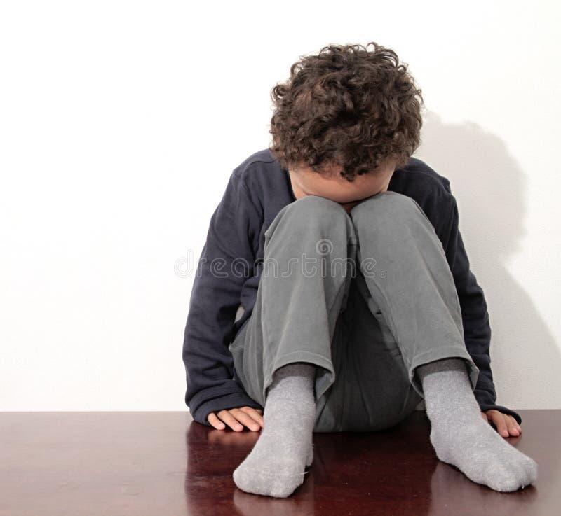 哭泣在贫穷的男孩 库存照片
