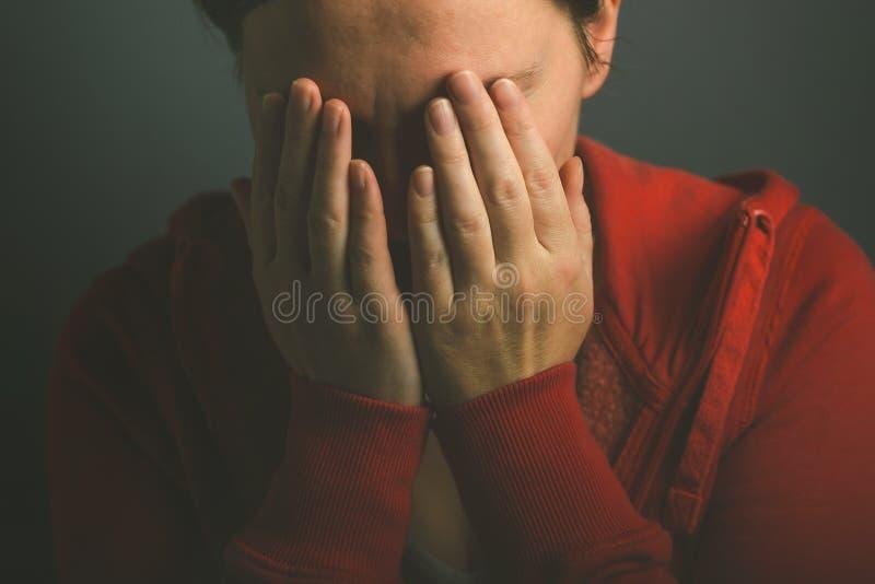 哭泣在绝望的Sorroful妇女 免版税库存图片