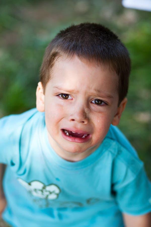 哭泣大声的男孩 免版税库存图片