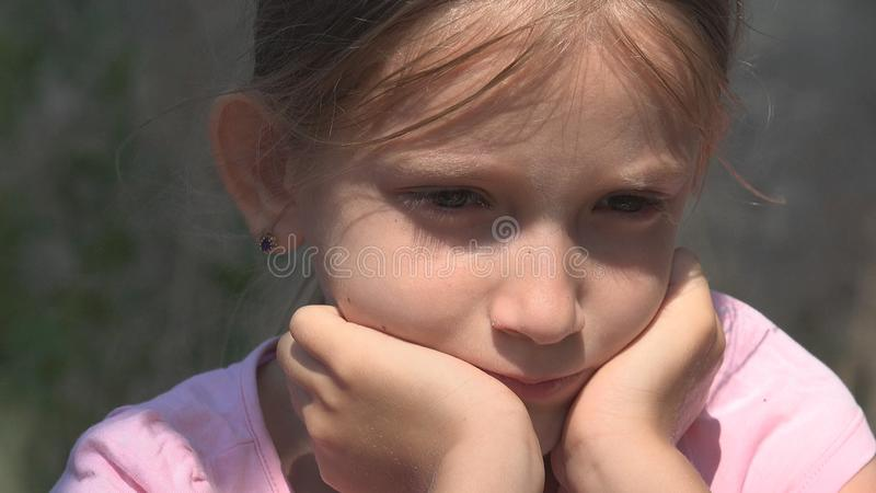 哭泣的不快乐的孩子有哀伤的记忆,离群无家可归的孩子在被放弃的议院里 免版税库存照片