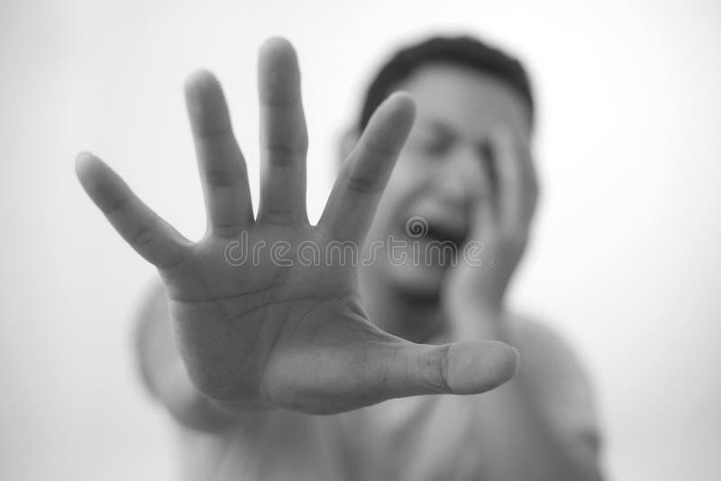 哭泣的哀伤的年轻人陈列投降姿态 库存图片