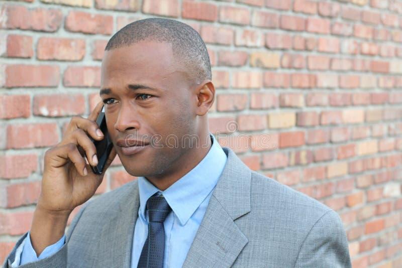哭泣的商人,当叫由电话时 免版税库存图片