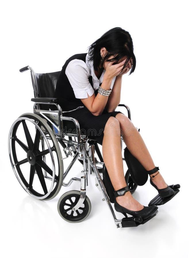 哭泣的坐的轮椅妇女年轻人 免版税库存图片