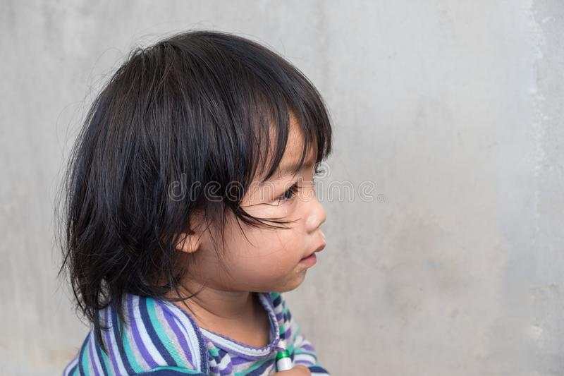 哭泣的女婴纵向 库存照片