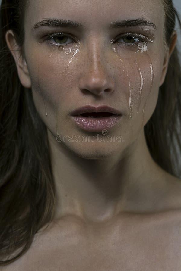哭泣的女孩的画象有泪花的在面颊 免版税图库摄影