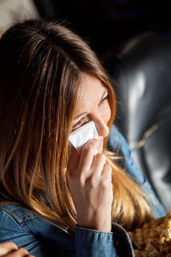 哭泣的妇女,当观看电影在剧院时 免版税库存图片
