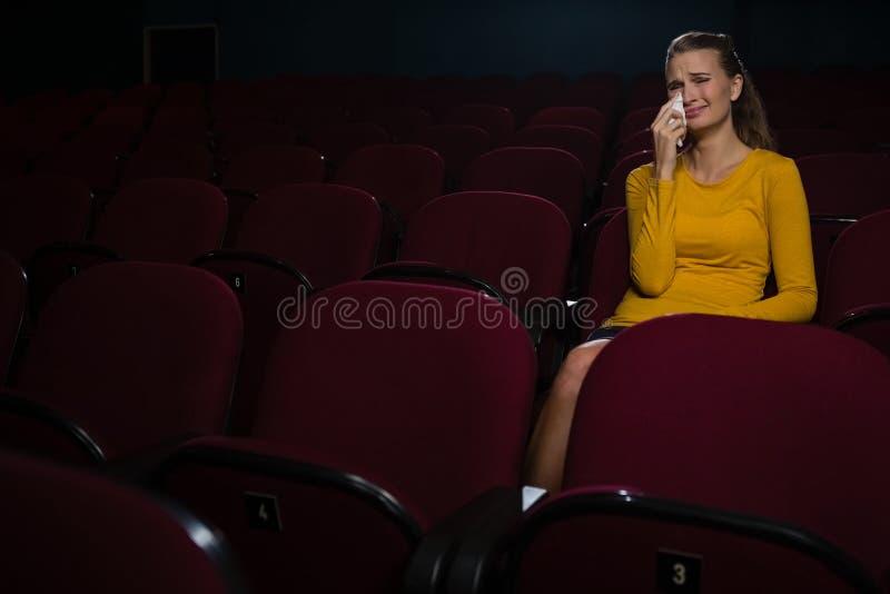 哭泣的妇女,当观看电影时 免版税库存图片