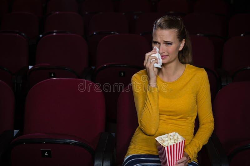 哭泣的妇女,当观看电影时 库存图片