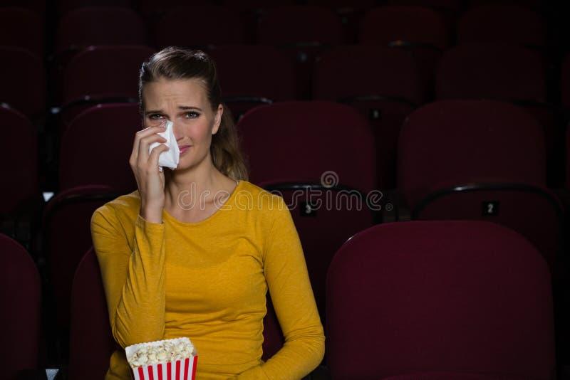 哭泣的妇女,当观看电影时 免版税库存照片