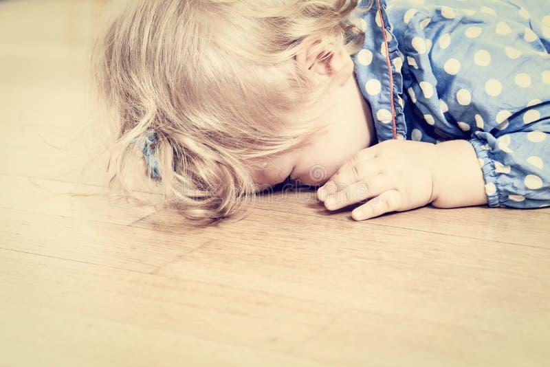 哭泣的孩子、消沉和悲伤 免版税图库摄影