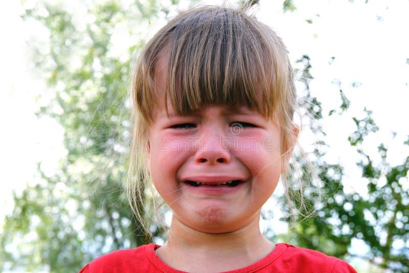 哭泣的小女孩特写镜头户外 免版税库存照片