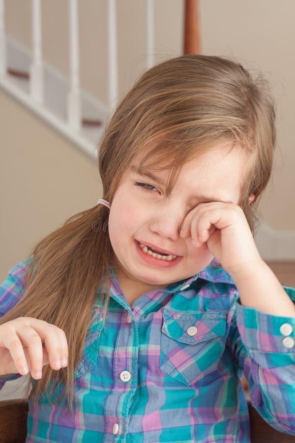 哭泣的小女孩 库存照片
