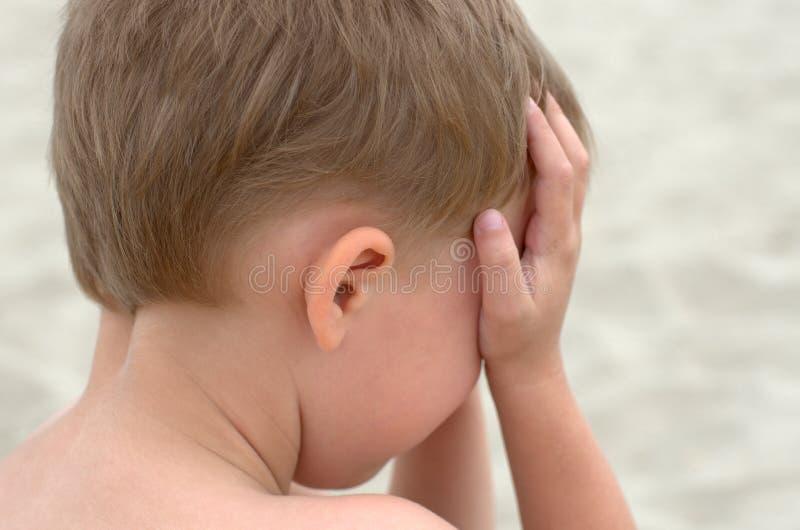 哭泣的小男孩 免版税库存照片