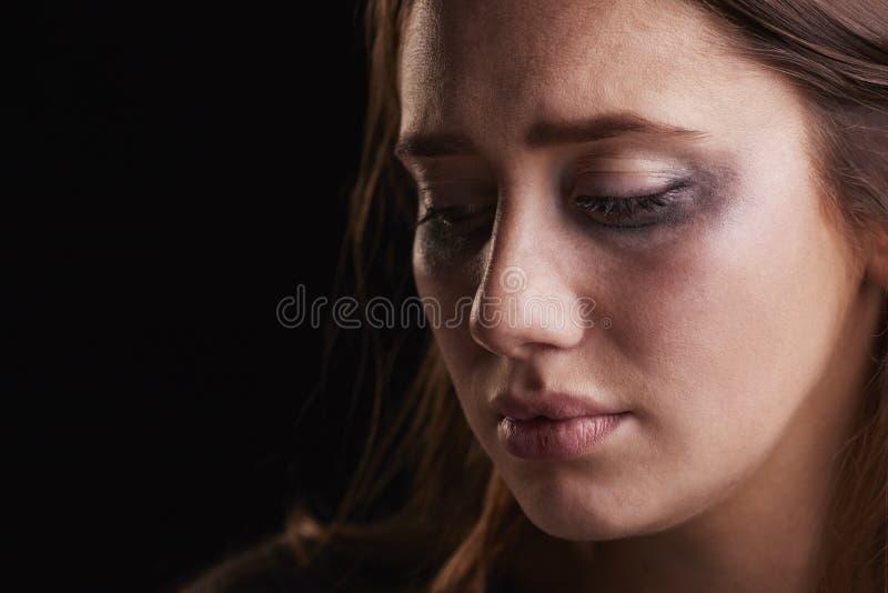 哭泣的少妇演播室射击有被弄脏的眼睛的组成 库存图片