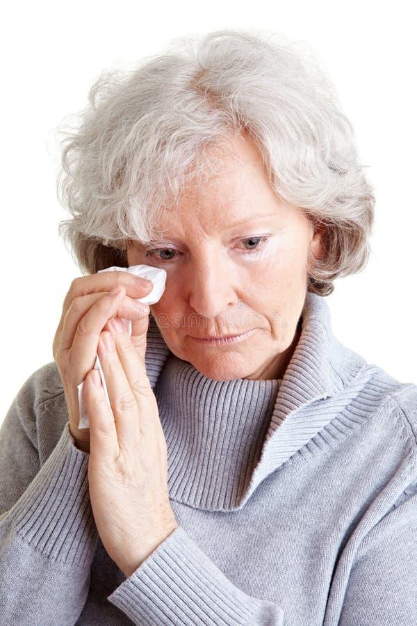 哭泣的手帕老妇人 免版税库存图片