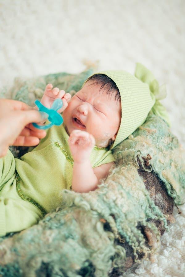 哭泣的新出生的两个星期婴孩 库存图片