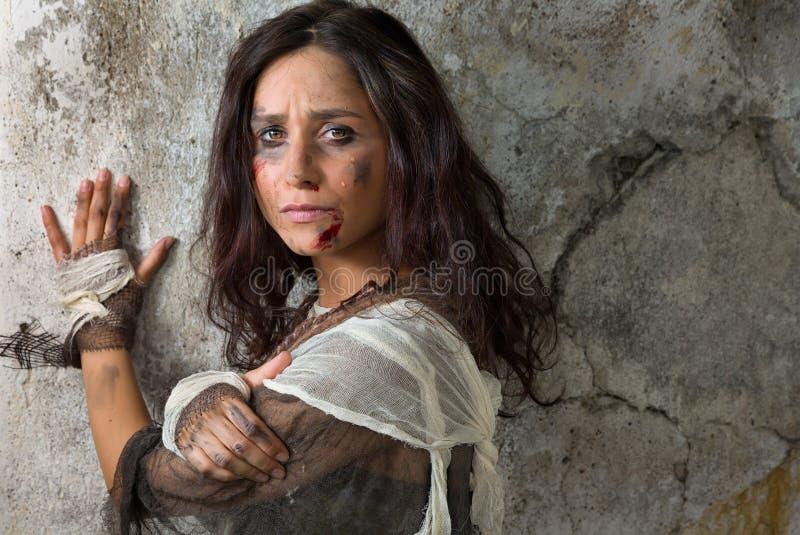 哭泣的无家可归的妇女 图库摄影