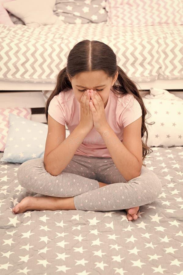 哭泣的概念 婴孩哭泣 哭泣在床上的不快乐的女孩 她不可能帮助哭泣 免版税库存照片