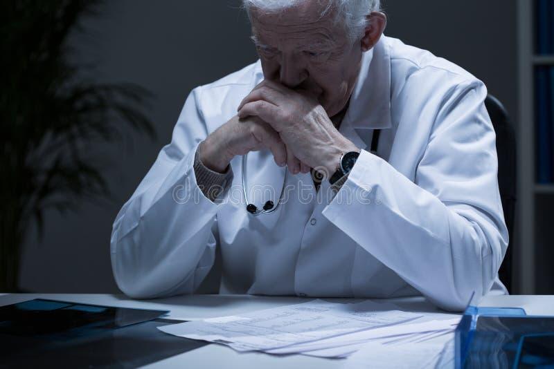 哭泣的老医生 库存照片