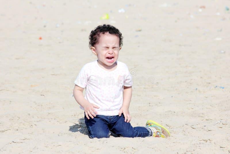 哭泣的阿拉伯女婴 免版税图库摄影
