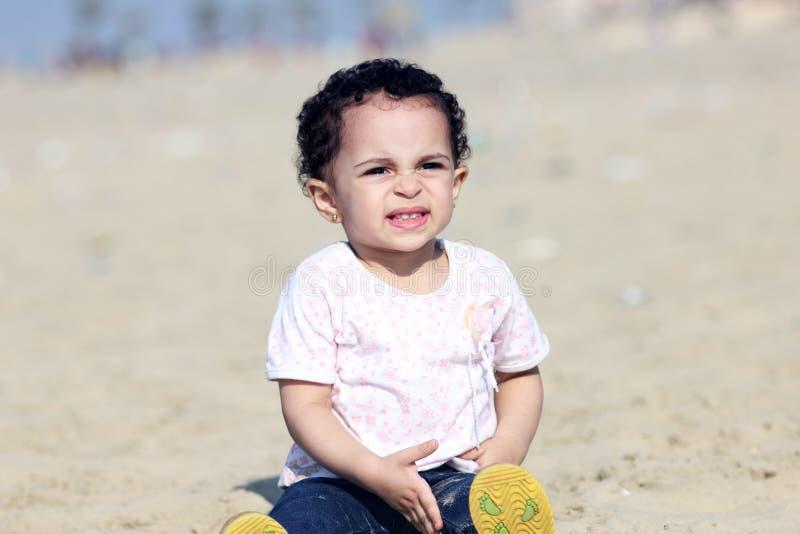 哭泣的阿拉伯女婴 免版税库存图片