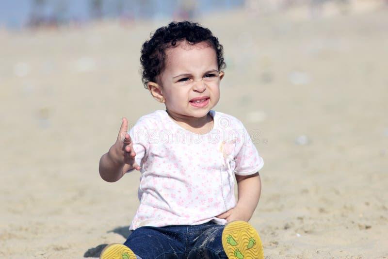 哭泣的阿拉伯女婴 库存图片